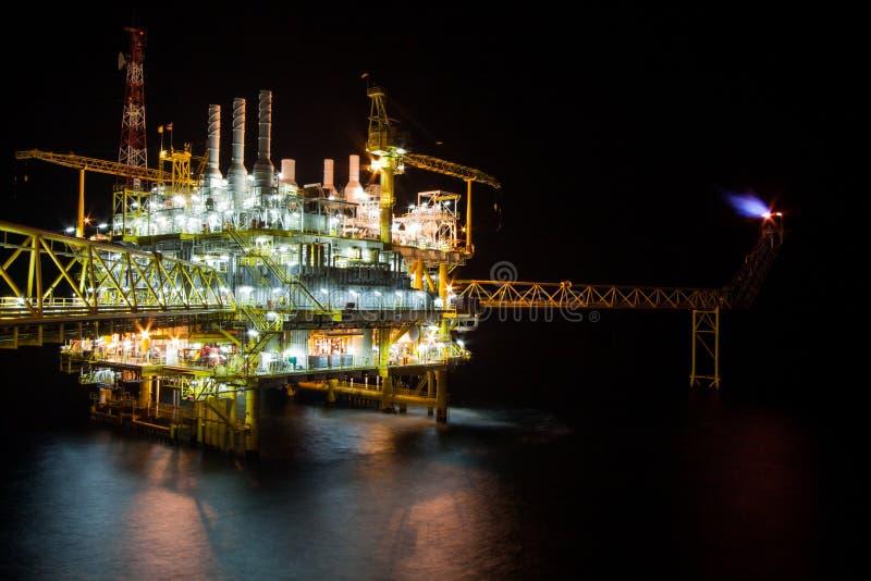 Πλατφόρμα άντλησης πετρελαίου τη νύχτα με το υπόβαθρο λυκόφατος στοκ φωτογραφία