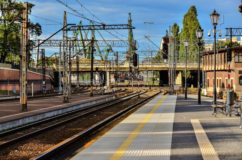 Πλατφόρμα τραίνων σιδηροδρόμων στοκ φωτογραφία με δικαίωμα ελεύθερης χρήσης