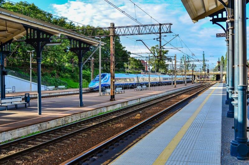 Πλατφόρμα τραίνων σιδηροδρόμων στοκ εικόνες