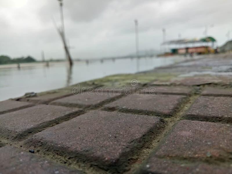 Πλευρά ποταμών contemp από τη βροχή στοκ εικόνα με δικαίωμα ελεύθερης χρήσης
