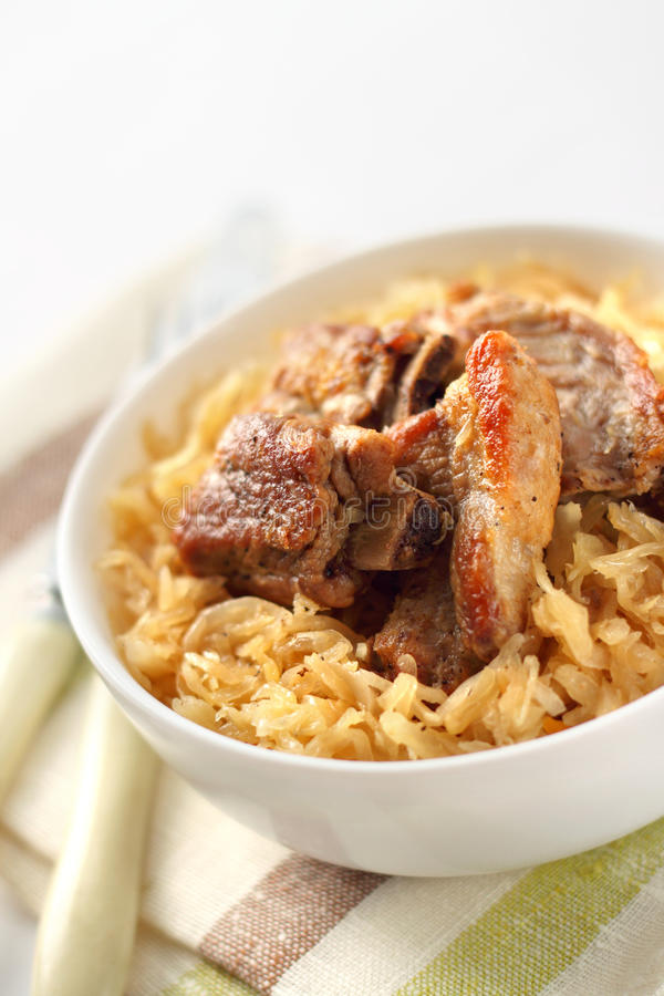 Πλευρά χοιρινού κρέατος που ψήνονται με sauerkraut στοκ εικόνες