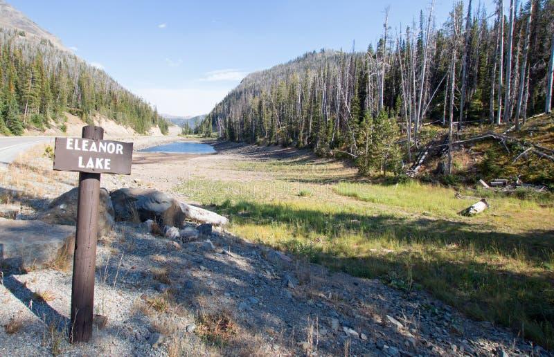 Πληγείσα από την ξηρασία λίμνη της Eleanor στο δασικό πέρασμα στην εθνική οδό στην ανατολική είσοδο του εθνικού πάρκου Yellowston στοκ εικόνες