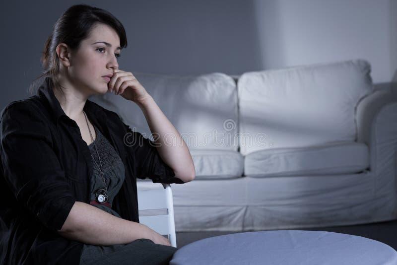 Πληγωμένη γυναίκα μετά από την αποσύνθεση στοκ εικόνες