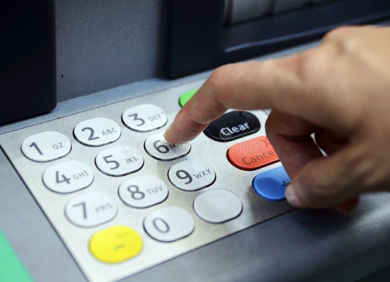 Πληκτρολογέστε τον προσωπικό κωδικό στη μηχανή του ATM στοκ εικόνες