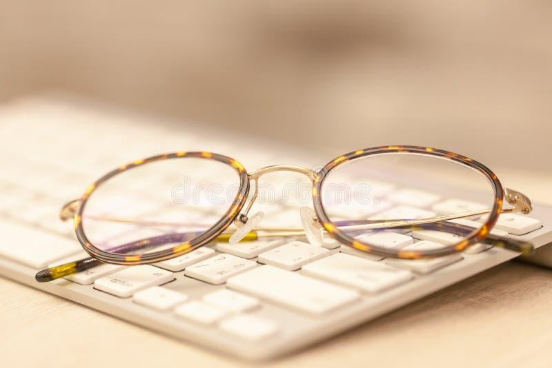 Πληκτρολόγιο και γυαλιά στοκ εικόνες
