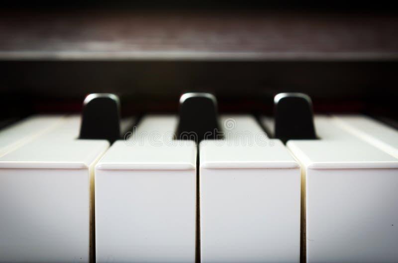 Πληκτρολόγιο πιάνων κινηματογραφήσεων σε πρώτο πλάνο στοκ φωτογραφίες
