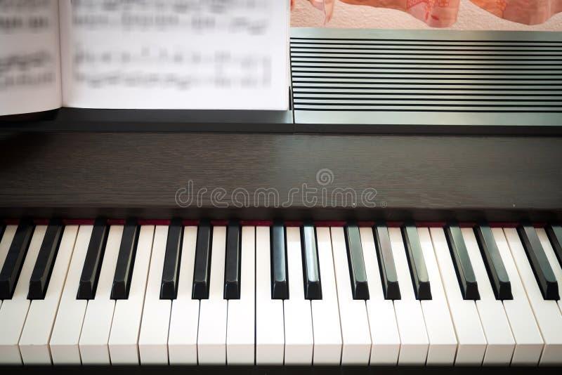 Πληκτρολόγιο πιάνων κινηματογραφήσεων σε πρώτο πλάνο στοκ εικόνες με δικαίωμα ελεύθερης χρήσης