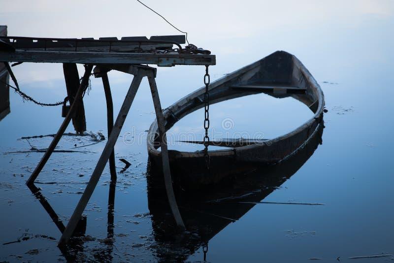 Πλημμυρισμένη βάρκα στην αποβάθρα στοκ φωτογραφίες