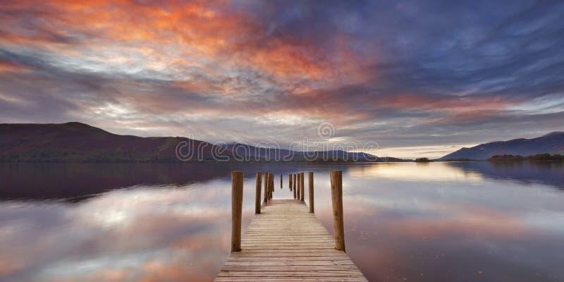 Πλημμυρισμένος λιμενοβραχίονας στην περιοχή λιμνών, Αγγλία στο ηλιοβασίλεμα στοκ εικόνα με δικαίωμα ελεύθερης χρήσης