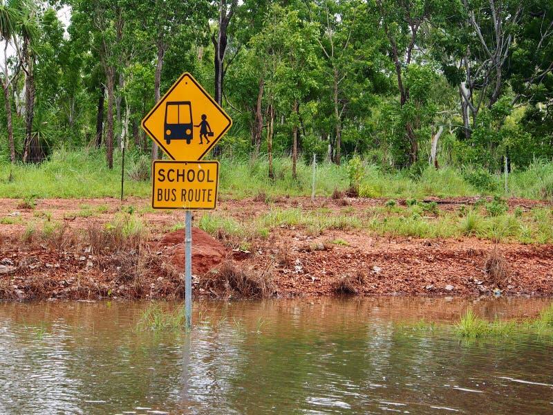 Πλημμυρισμένο οδικό σημάδι διαδρομών σχολικών λεωφορείων στοκ εικόνες
