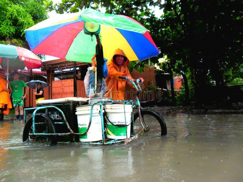 Πλημμύρα που προκαλείται από τον τυφώνα Mario (διεθνές όνομα Fung Wong) στις Φιλιππίνες στις 19 Σεπτεμβρίου 2014 στοκ εικόνα