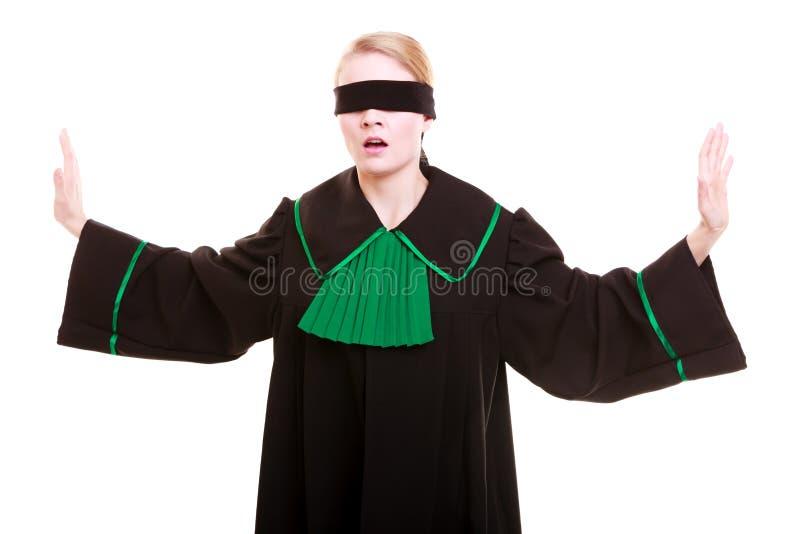 Πληρεξούσιος δικηγόρων γυναικών στη μαύρη πράσινη εσθήτα στιλβωτικής ουσίας με το blindfold στοκ εικόνα με δικαίωμα ελεύθερης χρήσης