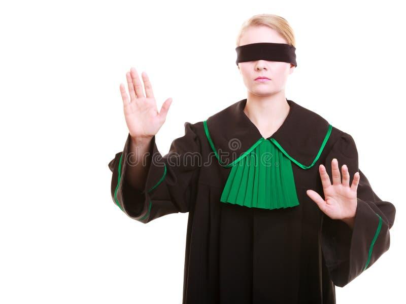 Πληρεξούσιος δικηγόρων στην κλασική εσθήτα στιλβωτικής ουσίας που καλύπτει τα μάτια με το blindfold στοκ εικόνα με δικαίωμα ελεύθερης χρήσης