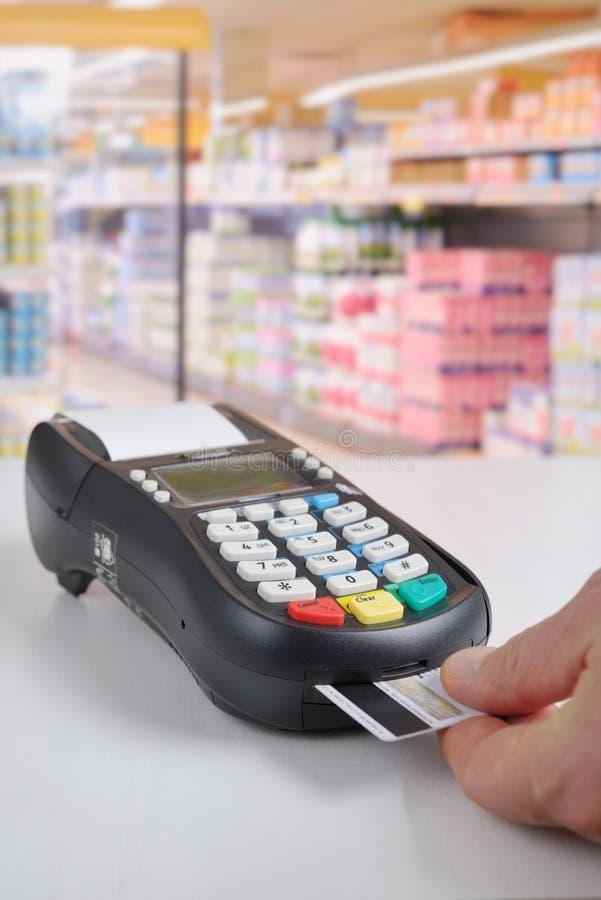 Πληρωμή από την πιστωτική κάρτα στοκ φωτογραφίες