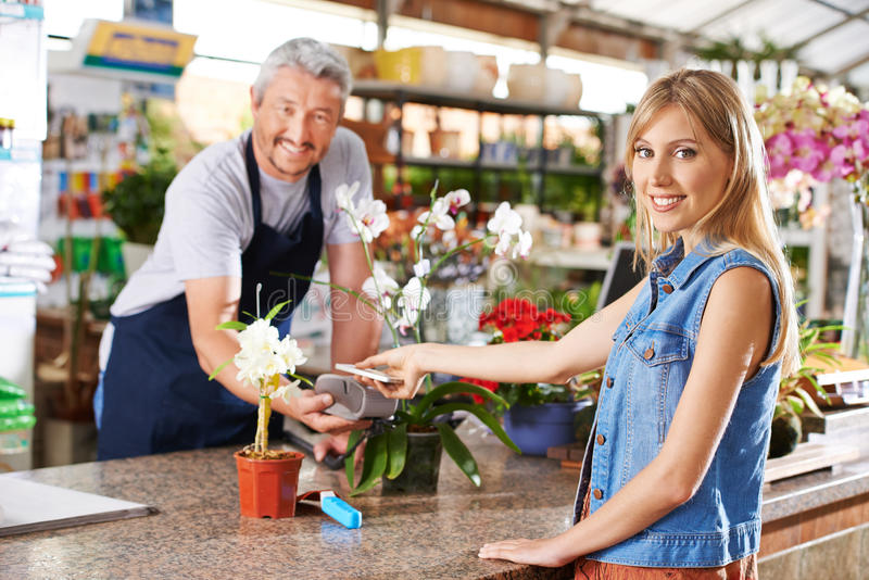Πληρωμή με το smartphone σε ένα κατάστημα υλικού στοκ φωτογραφία με δικαίωμα ελεύθερης χρήσης