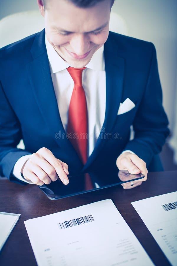 Πληρωμή των λογαριασμών με την ταμπλέτα στοκ φωτογραφία με δικαίωμα ελεύθερης χρήσης