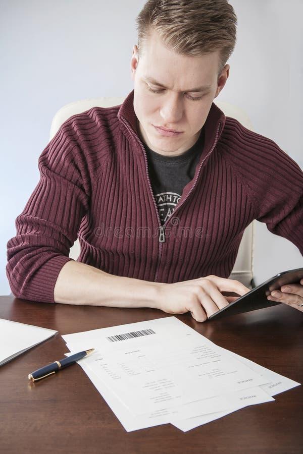 Πληρωμή των λογαριασμών με το μαξιλάρι στοκ φωτογραφίες με δικαίωμα ελεύθερης χρήσης