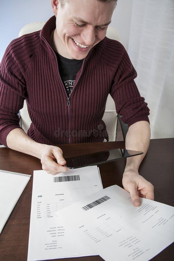 Πληρωμή των λογαριασμών με το μαξιλάρι στοκ εικόνες με δικαίωμα ελεύθερης χρήσης