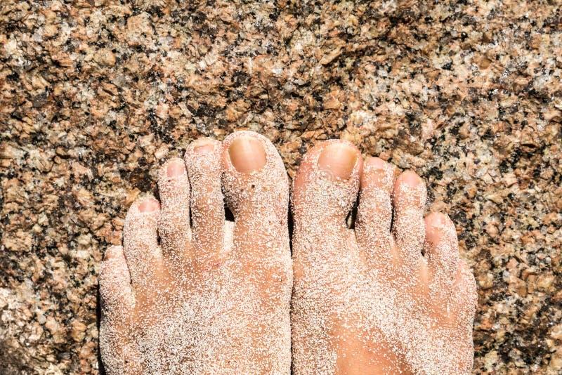 Πληρώνει σε έναν βράχο με την άμμο στοκ εικόνα