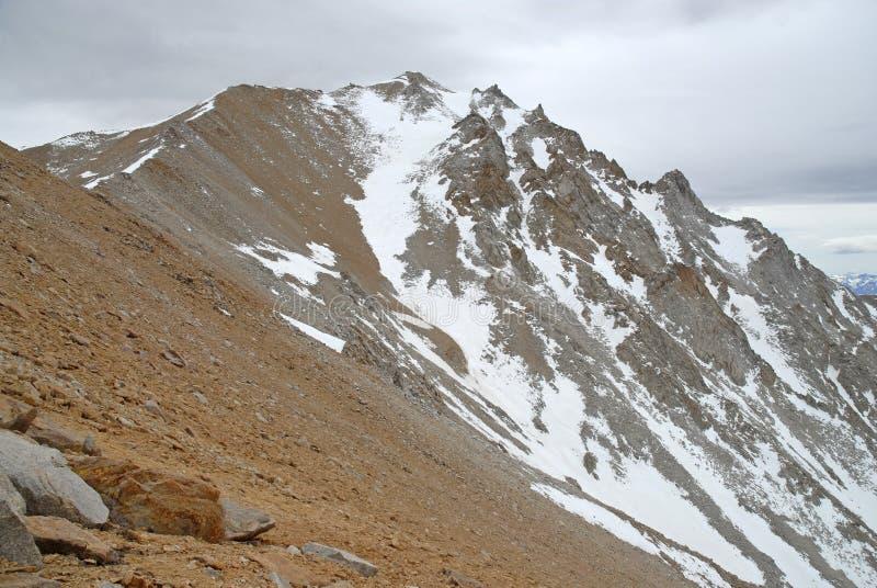 Πλησιάζοντας αιχμή ορίου στα άσπρη βουνά, τη Νεβάδα 13er και το κρατικό υψηλό σημείο στοκ εικόνες με δικαίωμα ελεύθερης χρήσης