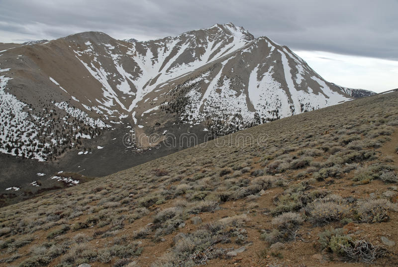 Πλησιάζοντας αιχμή ορίου στα άσπρη βουνά, τη Νεβάδα 13er και το κρατικό υψηλό σημείο στοκ φωτογραφίες