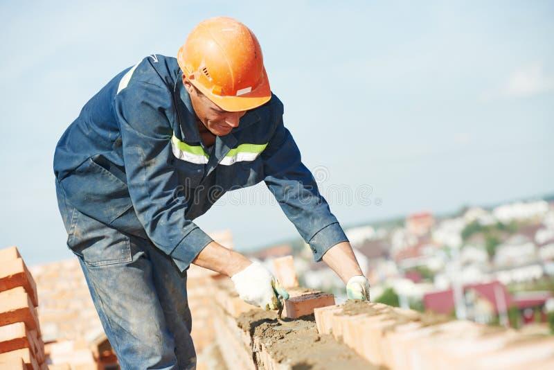 Πλινθοκτίστης εργαζομένων κτιστών κατασκευής στοκ εικόνα