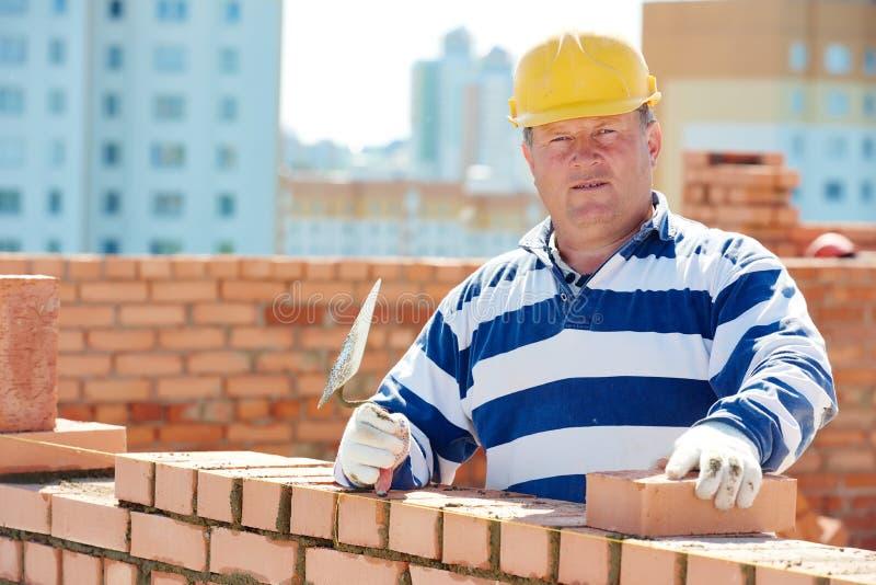 Πλινθοκτίστης εργαζομένων κτιστών κατασκευής στοκ φωτογραφία με δικαίωμα ελεύθερης χρήσης