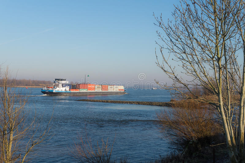 Πλοίο μεταφοράς τυποποιημένων εμπορευματοκιβωτίων στον ποταμό το Waal στις Κάτω Χώρες στοκ φωτογραφία