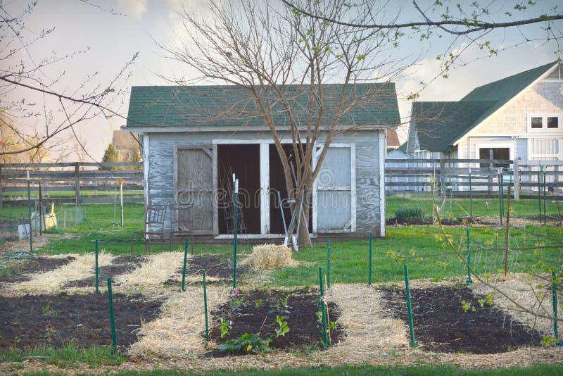 Πλοκή κήπων με το υπόστεγο και το αγρόκτημα στοκ φωτογραφία με δικαίωμα ελεύθερης χρήσης