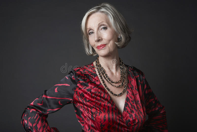 Πλούσια ανώτερη γυναίκα που φορά το περιδέραιο στοκ εικόνες