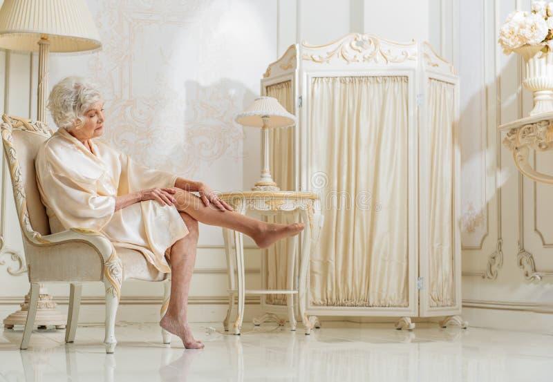 Πλούσια ανώτερη φροντίδα γυναικών του δέρματός της στοκ εικόνες