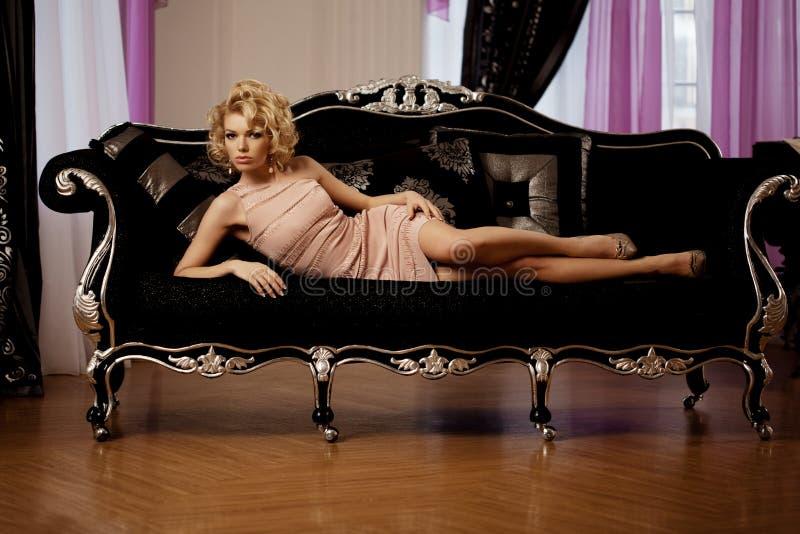 Πλούσια γυναίκα πολυτέλειας όπως τη Μέριλιν Μονρόε στοκ εικόνες