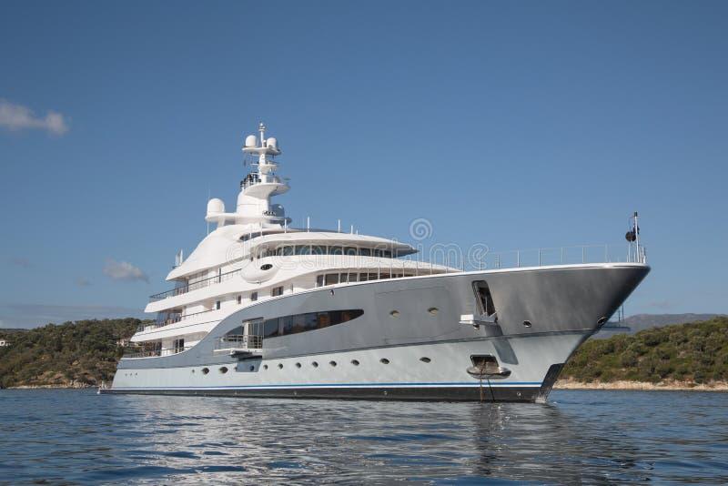 Πλούσιος - μπροστινή άποψη του γιοτ πολυτέλειας πέντε ιστορίας στο Mediterranea στοκ φωτογραφία με δικαίωμα ελεύθερης χρήσης
