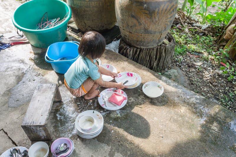πλύση κοριτσιών πιάτων στοκ εικόνες με δικαίωμα ελεύθερης χρήσης
