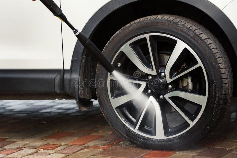 Πλύση ροδών αυτοκινήτων με το υψηλό πλυντήριο στοκ εικόνες