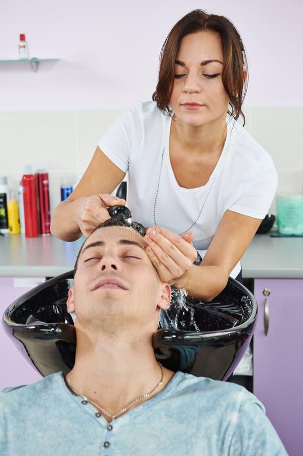 Πλύση τρίχας ατόμων hairdressing στο σαλόνι στοκ φωτογραφίες με δικαίωμα ελεύθερης χρήσης