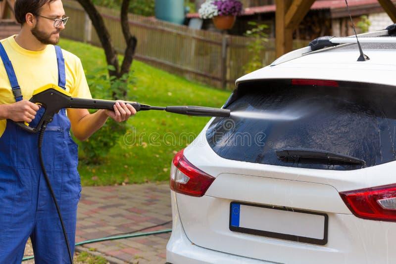 Πλύσιμο αυτοκινήτων με το υψηλό πλυντήριο στοκ εικόνες
