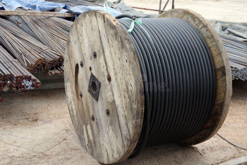 Ράβδοι χάλυβα και καλώδιο σιδήρου στο ρόλο στο εργοτάξιο οικοδομής στοκ φωτογραφίες