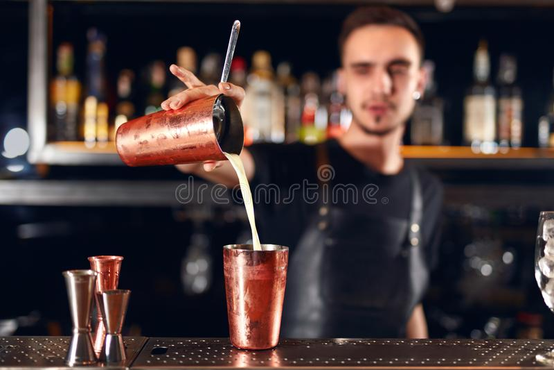 Ράβδος κοκτέιλ Bartender που κατασκευάζει τα κοκτέιλ στο μετρητή φραγμών στοκ φωτογραφία