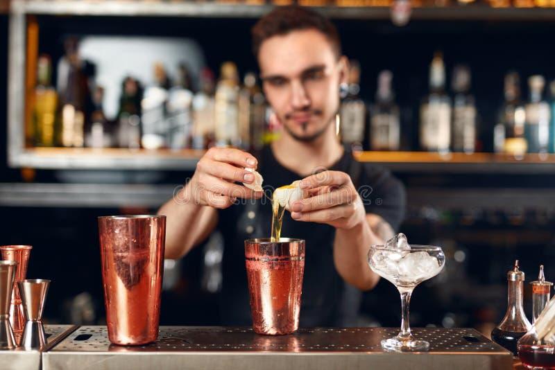 Ράβδος κοκτέιλ Bartender που κατασκευάζει τα κοκτέιλ στο μετρητή φραγμών στοκ εικόνες