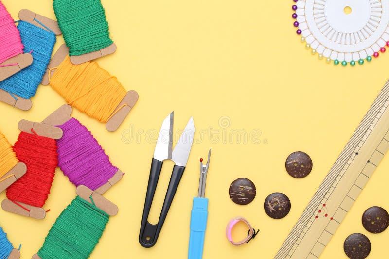 Ράβοντας εργαλεία, έννοια προσαρμογής και μόδας στοκ εικόνες