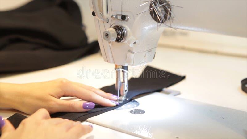 Ράβοντας μηχανή, seamstress ράψιμο στη μηχανή και χέρια γυναικών ` s Παλαιά ράβοντας μηχανή Franklin Η νέα γυναίκα φορά στοκ εικόνες με δικαίωμα ελεύθερης χρήσης
