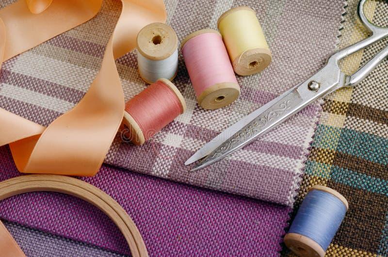 Ράβοντας προμήθειες, βελόνες, εκλεκτής ποιότητας ψαλίδι στο ζωηρόχρωμο gunny υφαντικό υπόβαθρο στοκ φωτογραφία με δικαίωμα ελεύθερης χρήσης