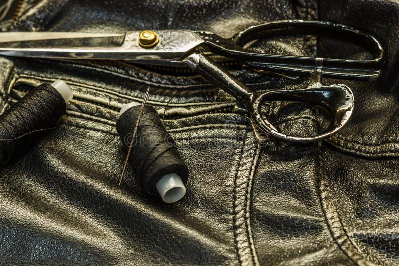 Ράβοντας σακάκι δέρματος, επισκευή του ψαλιδιού σακακιών δέρματος, νήμα, κινηματογράφηση σε πρώτο πλάνο Προϊόντα του δέρματος στοκ εικόνες με δικαίωμα ελεύθερης χρήσης
