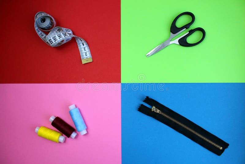 Ράβοντας φερμουάρ και ταινία νημάτων ψαλιδιού εξαρτημάτων στοκ φωτογραφίες με δικαίωμα ελεύθερης χρήσης