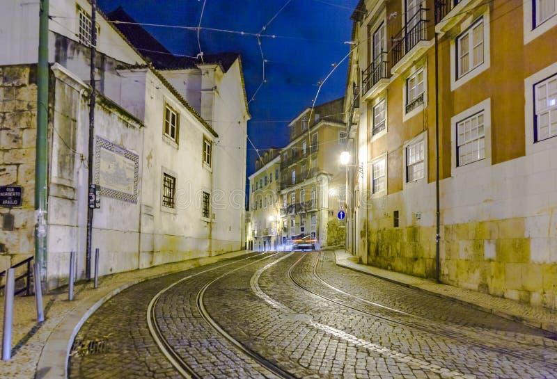 Ράγες τραμ στο παλαιό μέρος της Λισσαβώνας τή νύχτα στοκ εικόνα με δικαίωμα ελεύθερης χρήσης