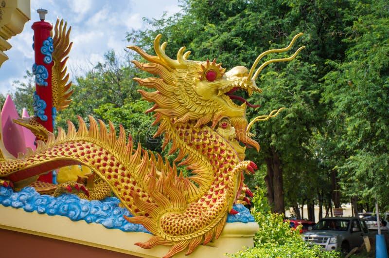δράκος μέσα σε Wat Mung anthong στοκ εικόνες