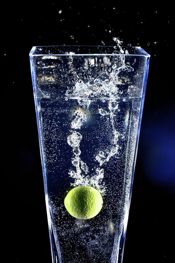 Ράντισμα ασβέστη σε ένα νερό στοκ εικόνες