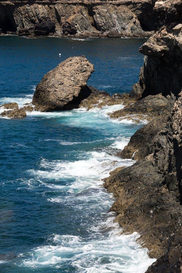 Ράντισμα κυμάτων πέρα από έναν βράχο στην παραλία Caleta Negra σε Ajuy σε Fuerteventura στοκ φωτογραφία με δικαίωμα ελεύθερης χρήσης