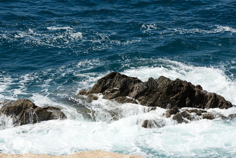 Ράντισμα κυμάτων πέρα από έναν βράχο στην παραλία Caleta Negra σε Ajuy σε Fuerteventura στοκ εικόνα με δικαίωμα ελεύθερης χρήσης
